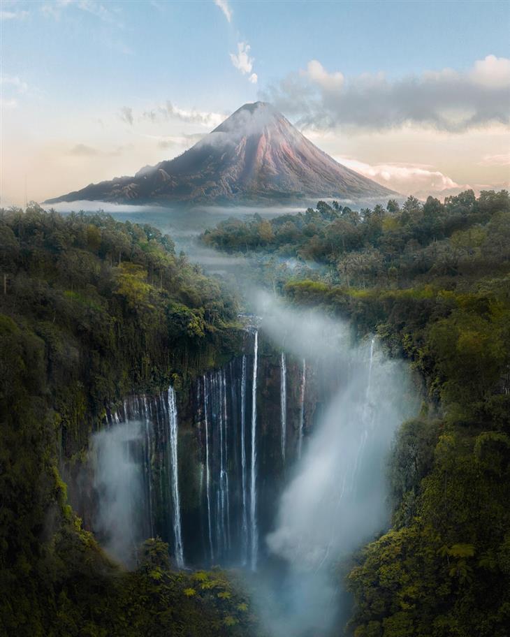 תמונות טבע מדהימות: הר געש מאחורי מפל