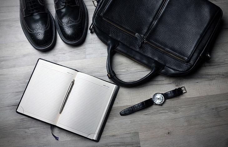 חיפוש עבודה מעל גיל 50: תיק עור, נעליים, שעון יד ויומן פתוח