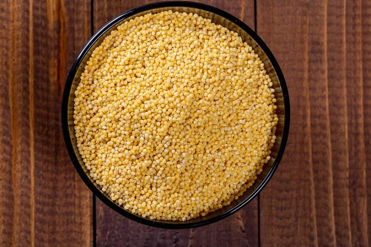 יתרונות בריאותיים של דוחן: זרעי דוחן בקערה