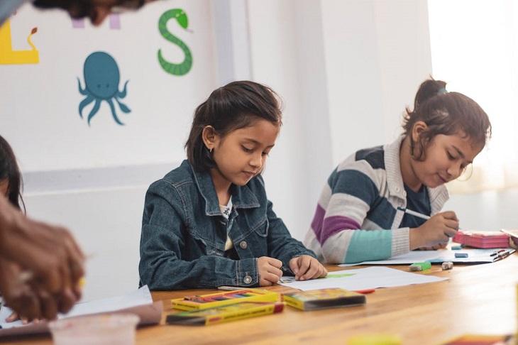 פרשנויות של ציורי ילדים: שתי ילדות מציירות