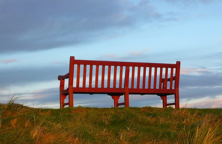 סימנים מפתיעים למשבר אמצע החיים: ספסל ריק על ראש גבעה