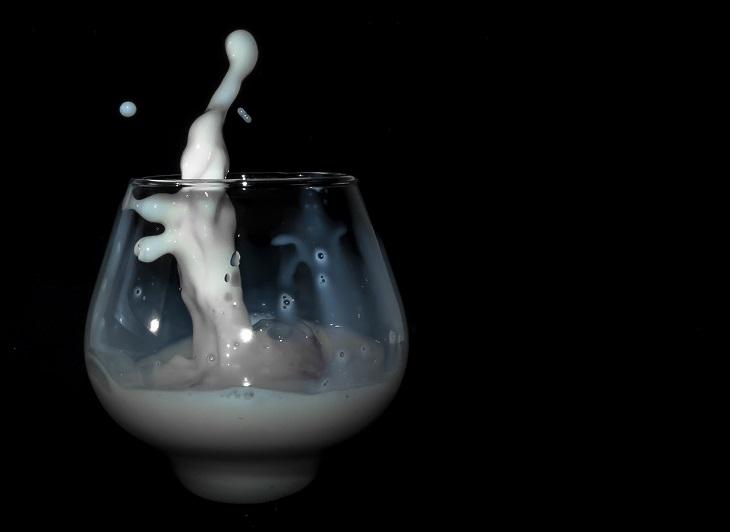 """סימנים לכך שצריך להפסיק לצרוך חלב: כוס עם חלב ש""""מקפץ"""" בתוכה"""