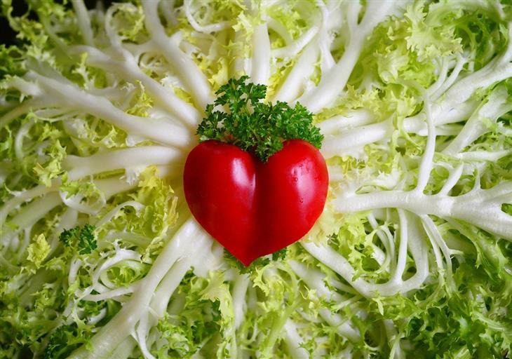 תוספי מזון חשובים לבריאות הלב: ירקות שיוצרים צורת לב