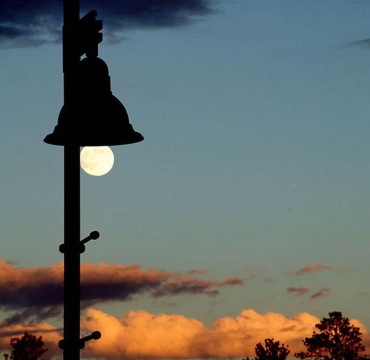 תמונות שצולמו בזמן: שמש שממוקמת בדיוק במקום של נורה מתחת לפעמון וביחד עם נראים כמו מנורה