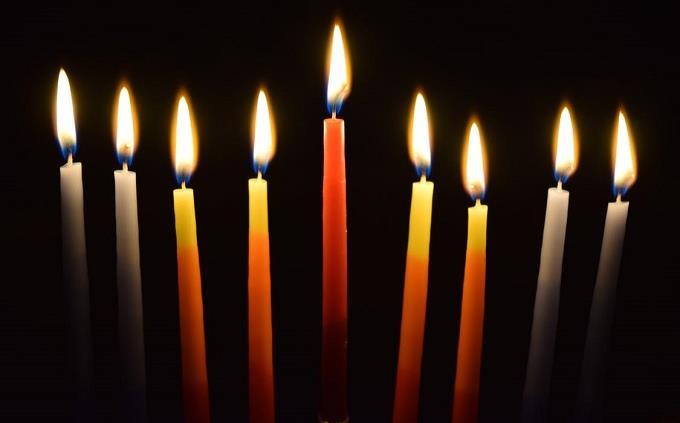 טריווית גבורה יהודית: נרות חנוכה דולקים