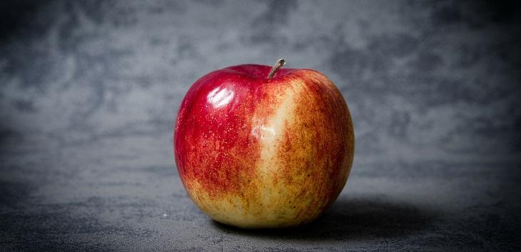 בדיחה על רב וכומר: תפוח עץ