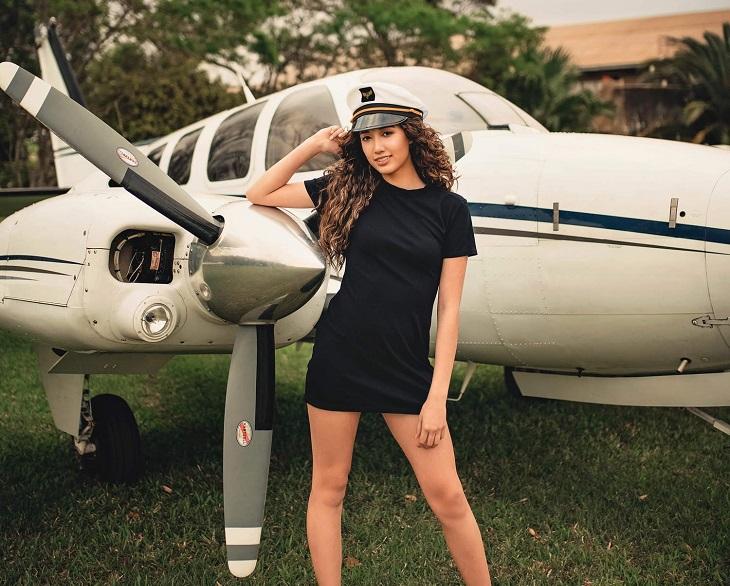 בדיחה: אישה נאה ליד מטוס קטן
