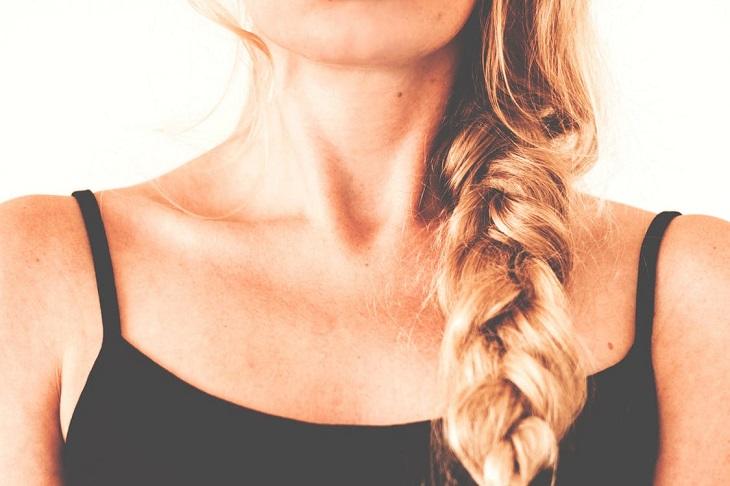 נקודות לחיצה לטיפול בכאבי גרון: צוואר של אישה