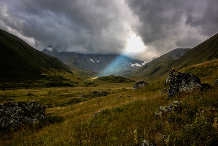 פלאי הטבע של גאורגיה: ההרים והעמקים בסמוך לאגמי אבודלאורי (Abudelauri)
