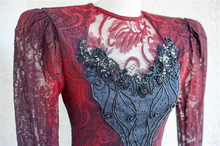 טיפים לניקוי יבש: שמלה עם עיטורים