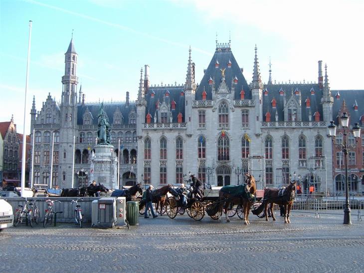 הפרובינציות של בלגיה: סוסים בכיכר במכלן