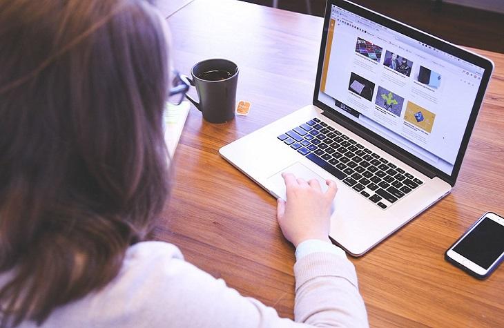 פתרונות ספיגה לגיל המעבר: אישה מול מחשב
