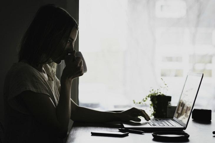 בריחת שתן בחורף: אישה מול מחשב ביום חורפי