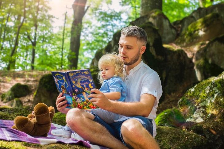 חרדת נטישה והפרעות חרדה פרידה אצל ילדים: אבא מקריא לילדו ספר בפארק