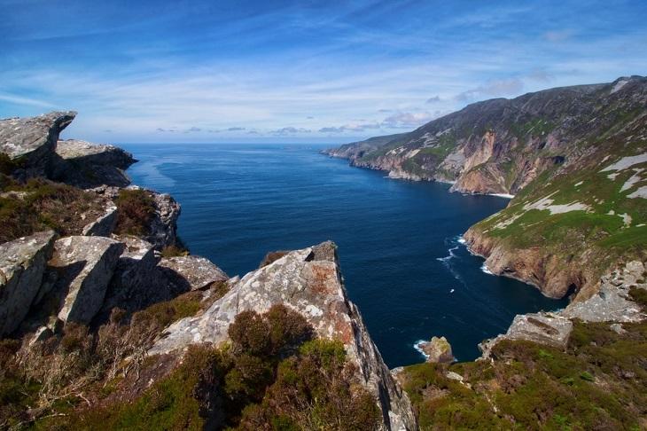 טיול באירלנד: נוף מדהים של הרים ואגם