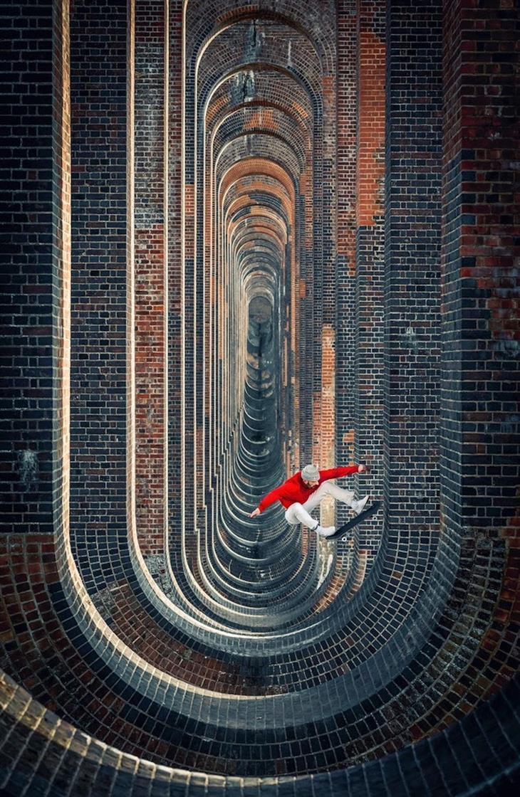 תחרות צילום אקסטרים: איש רוכב על סקייטבורד בתוך ויאודקט