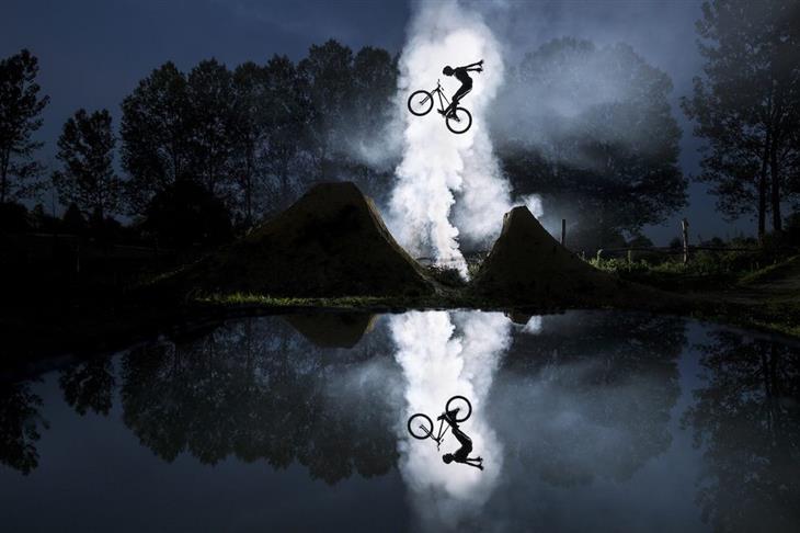 תחרות צילום אקסטרים: רוכב אופניים קופץ בין 2 תלים ומסביבו עשן