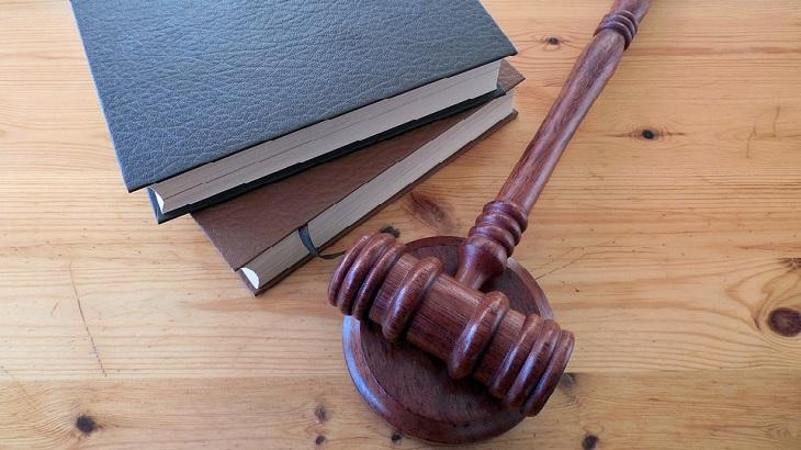 מידע חשוב על גירושין וחלוקת רכוש: פטיש שופט וספרים