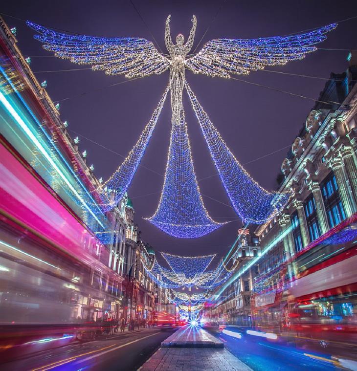 לונדון בחג המולד: תאורה של מלאכית מרחפת מעל רחוב ריג'נט