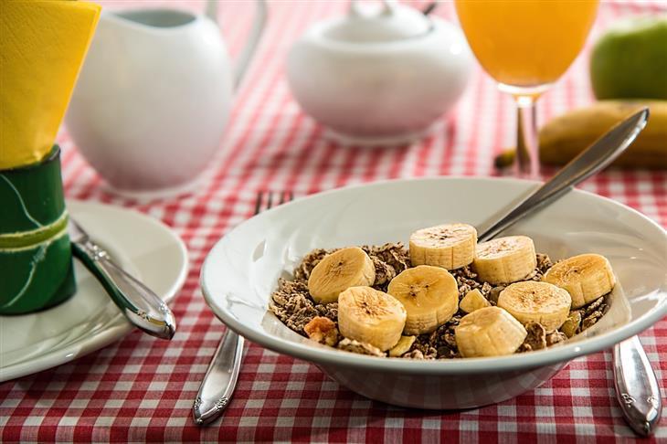 מאכלים לשמירה על בריאות כיס המרה: שיבולת שועל עם בננה