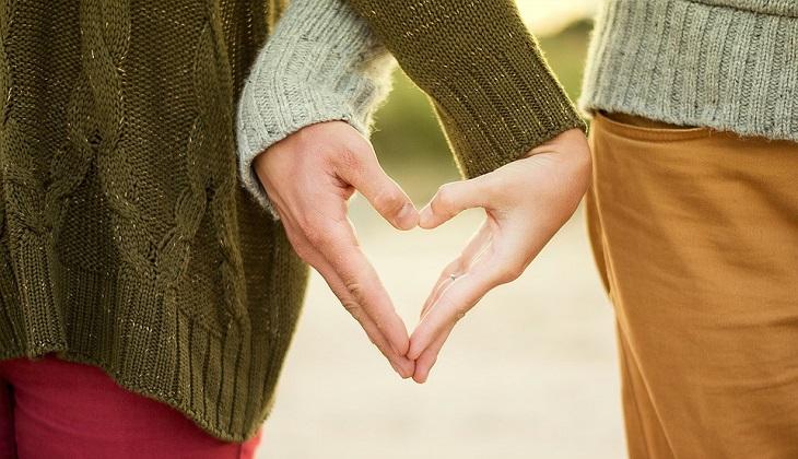עצות זוגיות: גבר ואישה יוצרים סימן לב עם הידיים