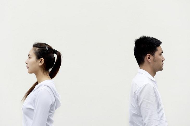 שלבים לבנייה מחדש של אמון: גבר ואישה עומדים גב אל גב