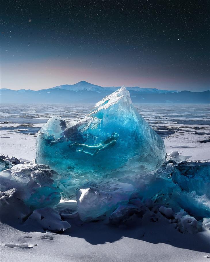 תמונות משולבות: אישה שוחה בתוך קרחון