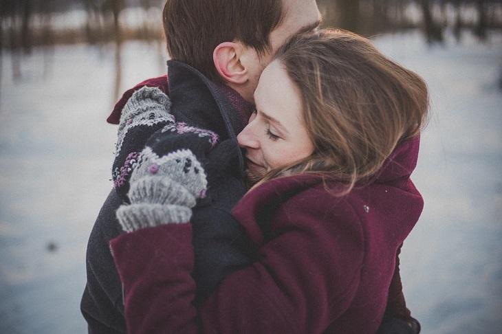 שלבים לבנייה מחדש של אמון: גבר ואישה מתחבקים