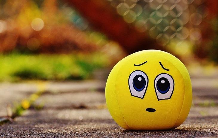 שלבים לבנייה מחדש של אמון: כדור צהוב עם ציור של סמיילי מבוייש