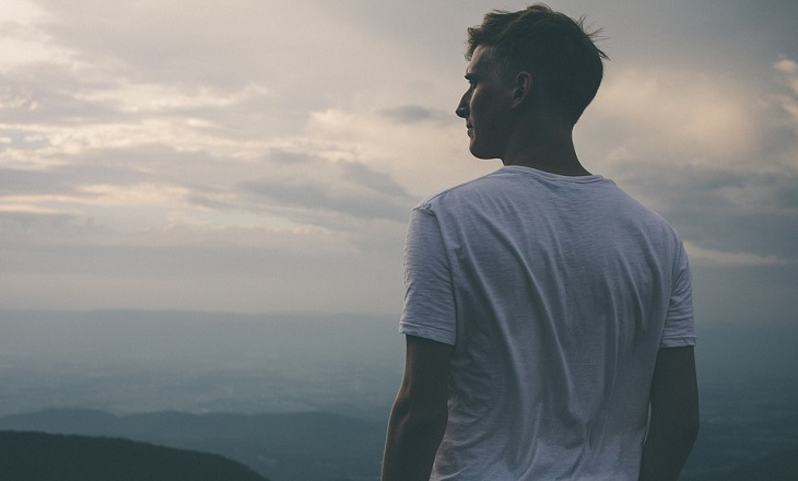 עצות לחיים טובים ומספקים: גבר מהורהר על רקע נוף הררי פראי
