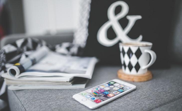 עצות לחיים טובים ומספקים: עיתונים טלפון נייד וכוס משקה חם