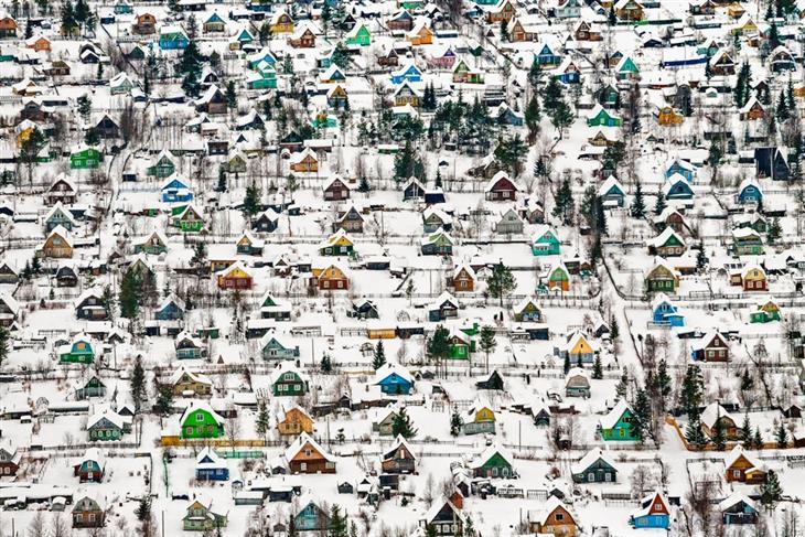 תמונות מדהימות מתחרות הצילום הבינלאומית של סיינה: בתי קיץ צבעוניים בשלג