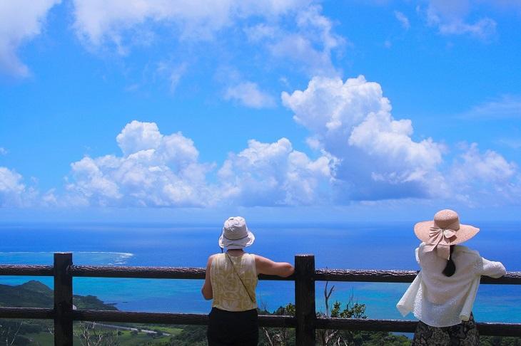 יעדים מפתיעים ומומלצים לטיול: תיירות עומדות ומשקיפות על הים באי אישיגאקי