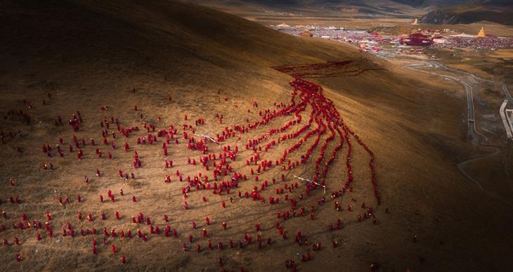 תמונות מדהימות מהעולם: נשים בודהיסטיות מתקבצות למרגלות גבעה במחוז סצ'ואן בסין,