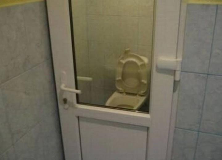 טעויות עיצוב מצחיקות: חדר שירותים עם דלת שקופה