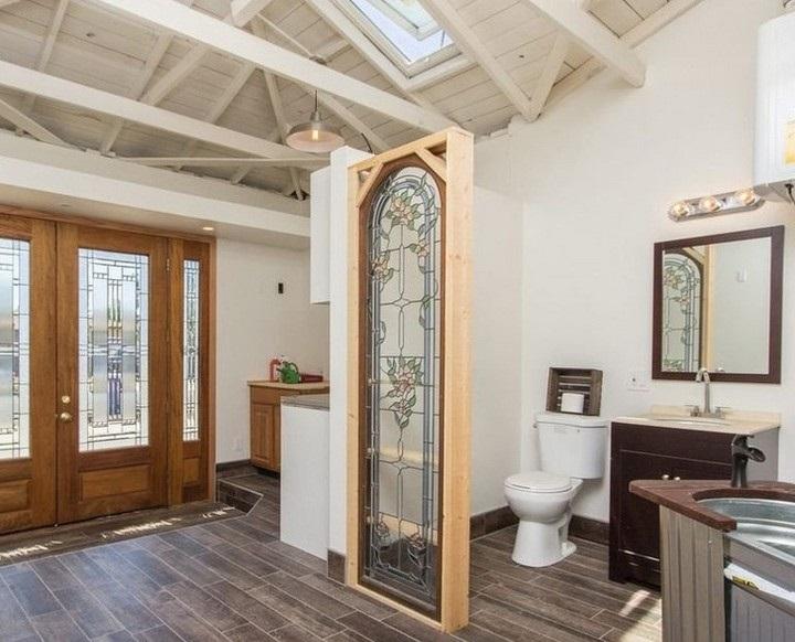 טעויות עיצוב מצחיקות: חדר שירותים בלי קיר מסביב לאסלה