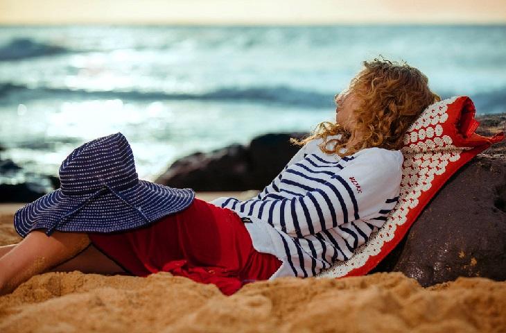 המצאות לטיפול בכאבי גב: אישה נחה על מזרן לטיפול בכאבי גב
