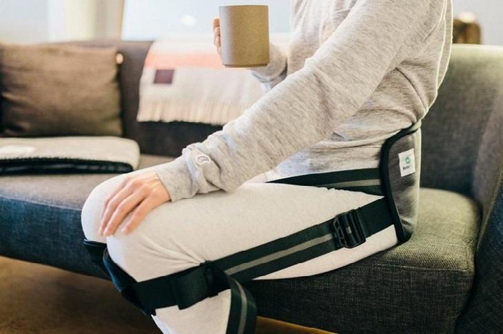 המצאות לטיפול בכאבי גב: אישה עם חגורה ליישור הגב
