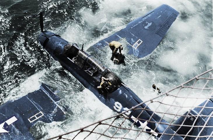 תמונות היסטוריות: צוות מטוס מסוג גראמן TBF אוונג'ר נוטש את כלי התעופה אל עבר נושאת המטוסים, מיקום לא ידוע, 1944.