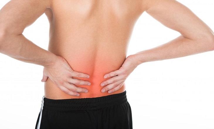 המצאות לטיפול בכאבי גב: גבר תופס את הגב
