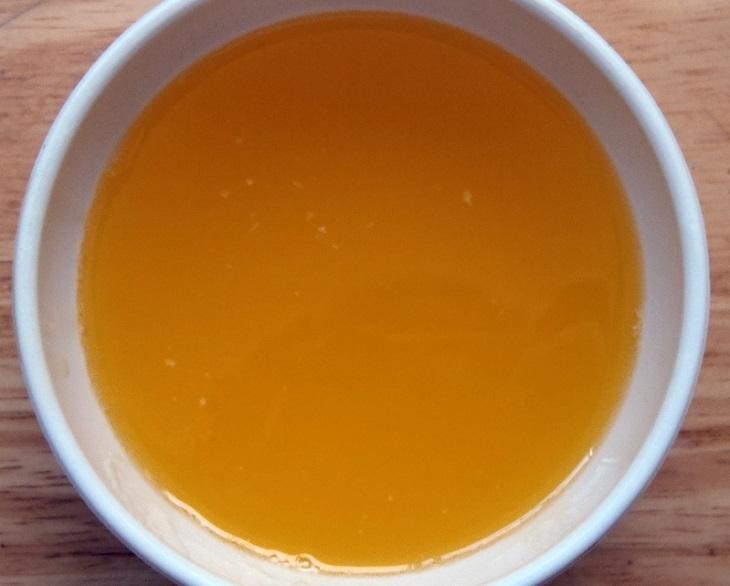 יתרונות סוגי חמאה: קערה ובה חמאה מזוקקת