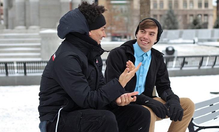 דרכים להתמודד עם מתבגרים שמשקרים: שני בני נוער יושבים ומשוחחים