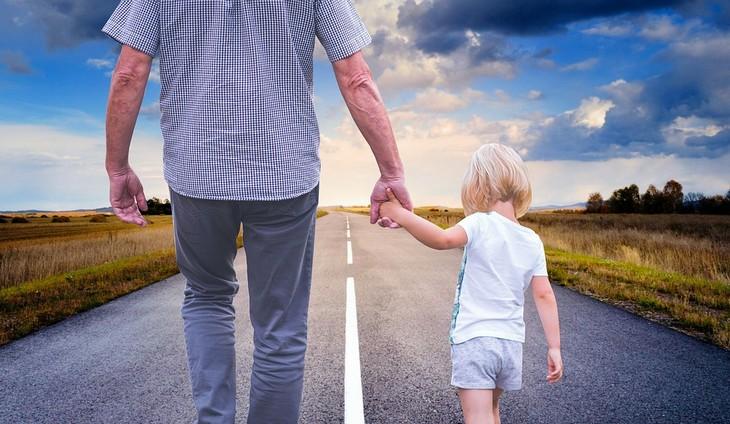 דרכים לשיפור התנהגות ילדים: אבא וילדה הולכים יד ביד