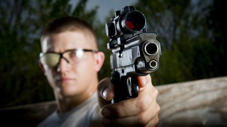 בדיחה על חייל ישראלי בשבי: חייל עם אקדח