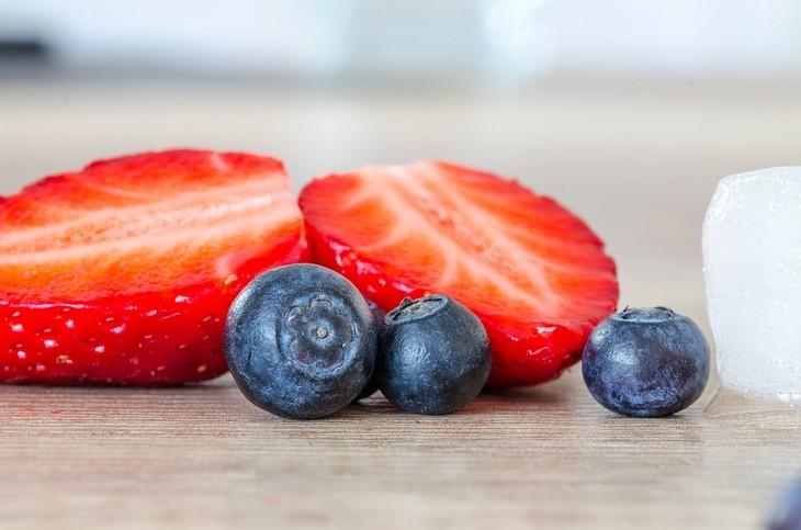הדיאטה שמונעת אלצהיימר: תות פרוס לשניים ולידו שלוש אוכמניות