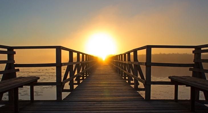 כללים לחיים אופטימיים: רציף עץ בחוף על רקע השקיעה