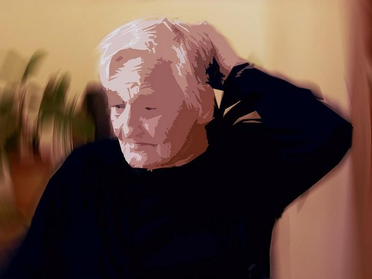 הדיאטה שמונעת אלצהיימר: תמונה מטושטשת של אישה מבוגרת מגרדת בראשה