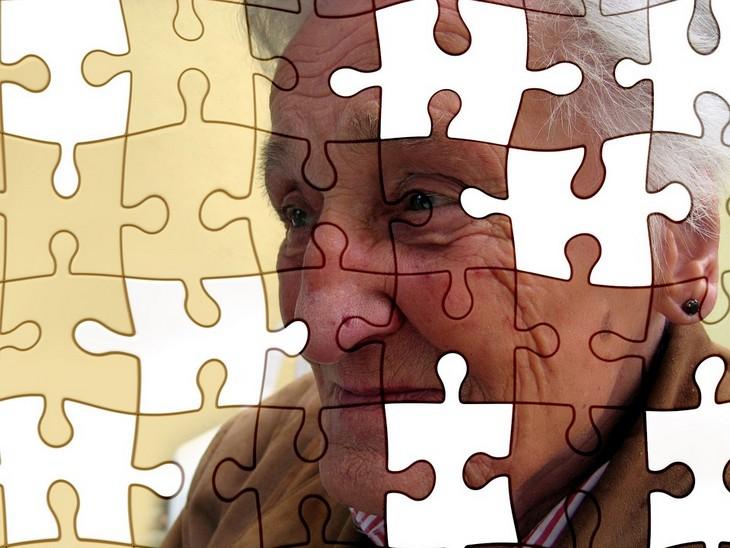הדיאטה שמונעת אלצהיימר: פאזל של אישה מבוגרת עם חלקים חסרים