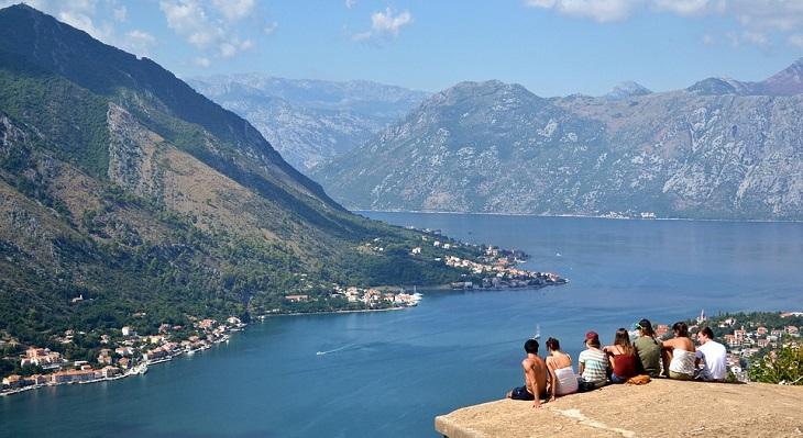 כללים לחיים אופטימיים: חבורת אנשים על צוק שמשקיפים על אגם