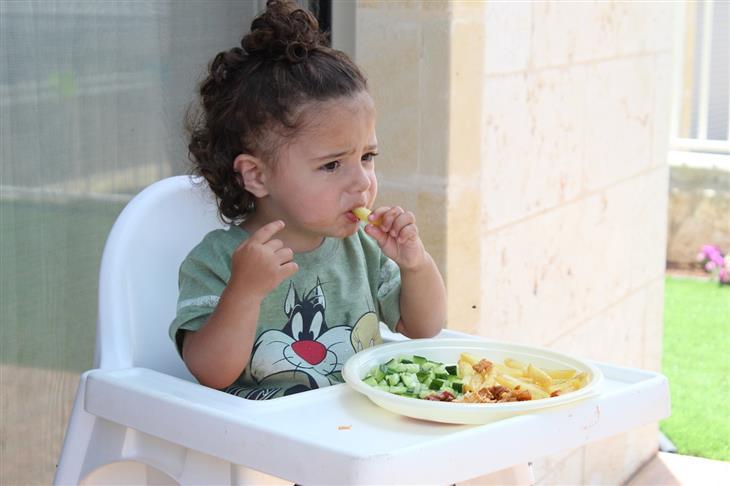 עצות מפסיכולוגית לגידול ילדים: ילד אוכל